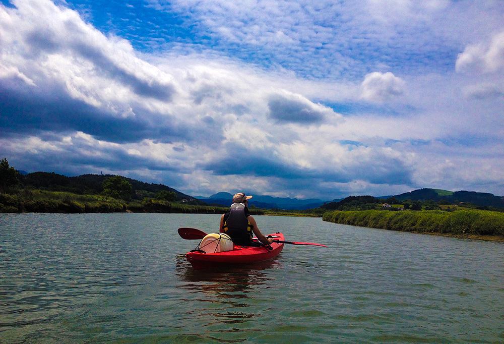 Descenso en canoa sin monitor en la ría de Urdaibai, Bizkaia, Costa Vasca