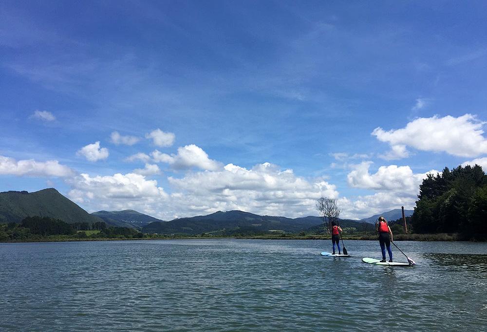 Excursión en stand up paddle en la ría de Urdaibai, Bizkaia, Costa Vasca